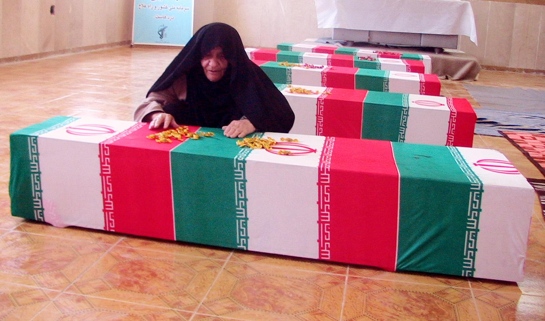 مادر شهیدان نیک پور در کنار تابوت شهدای گمنام اسفندماه86